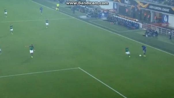 Miguel Trauco casi evita el primer gol de Gent.