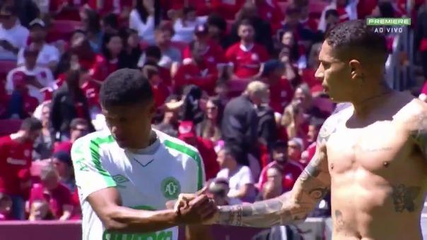 Así Paolo Guerrero le terminó quitando la camiseta a Marcio Araujo.