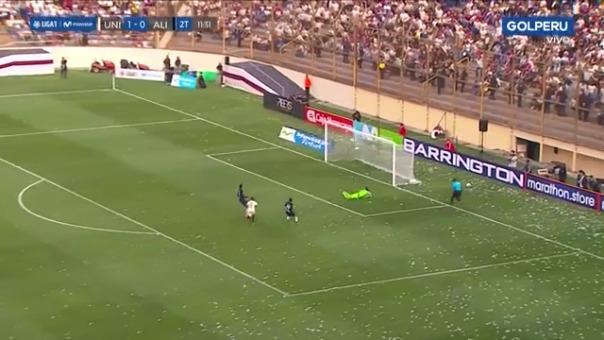 Alberto Quintero casi anota el segundo gol para Universitario de Deportes