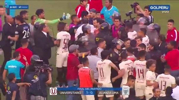 Una trifulca se armó tras el final del encuentro entre Alianza Lima y Universitario.