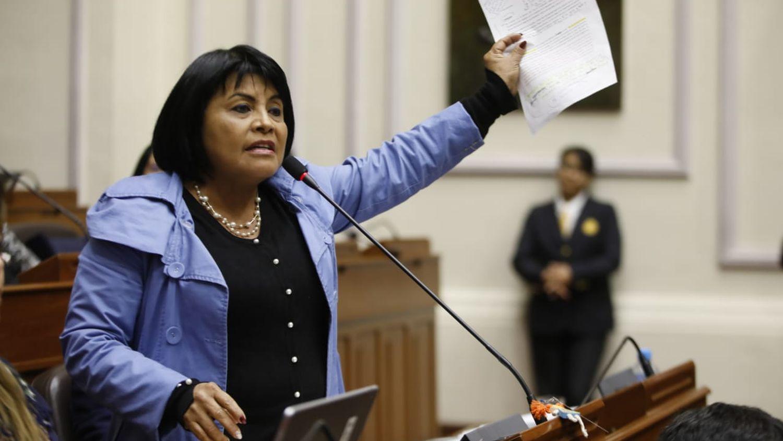Desde las04:00 p.m. y con cinco bancadas que habían adelantado que iban a votar a favor, el Pleno comenzó a debatir la cuestión de confianza. Dentro de este debate, la participación de la fujimorista Esther Saavedra fue la más comentada por su tinte xenófobo, por su invitación a