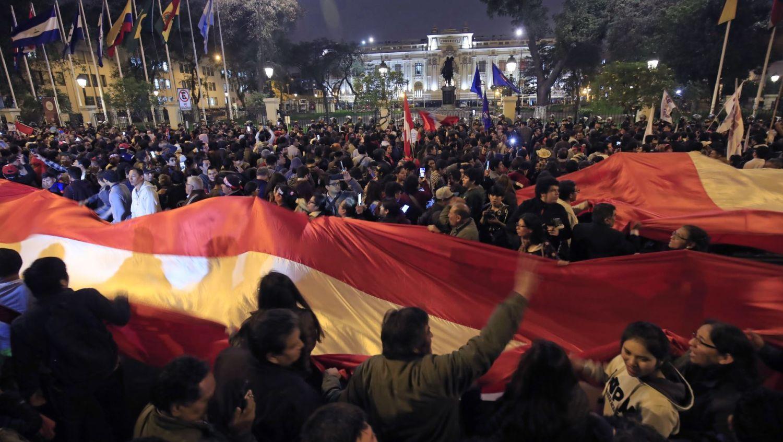 En las calles de Lima y en varias regiones del Perú, miles de ciudadanos se manifestaron en apoyo a la disolución del Congreso. No se reportaron manifestaciones similares en apoyo al Parlamento, que seguía en sesión.