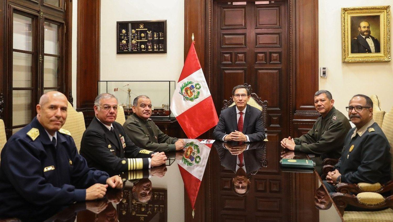 En Palacio de Gobierno, Martín Vizcarra se reunió con los jefes del Comando Conjunto de las Fuerzas Armadas (Ejército, Marina y Fuerza Aérea) y de la Policía, instituciones que le ratificaron su respaldo. Tras la reunión, cada una emitió pronunciamientos escritos en el mismo sentido.