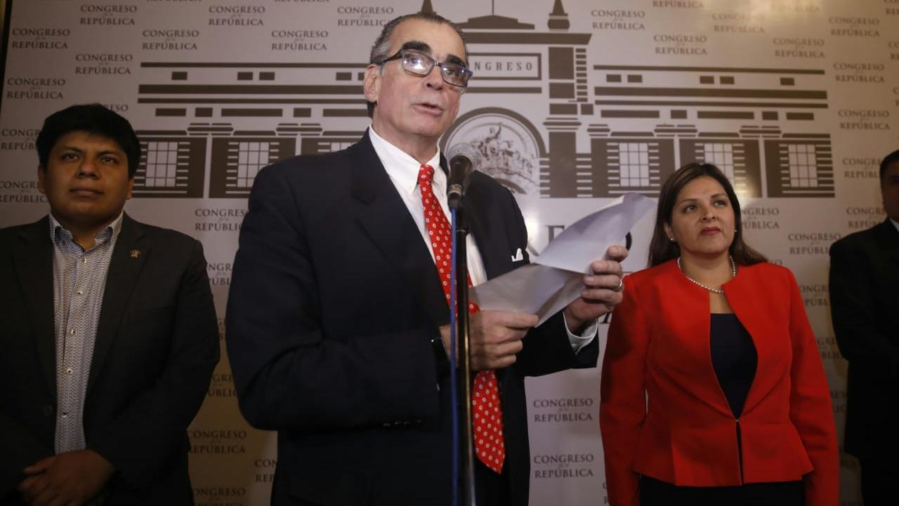 Pedro Olaechea  ofreció un pronunciamiento público junto a los vicepresidentes Karina Beteta y Marvin Palma.