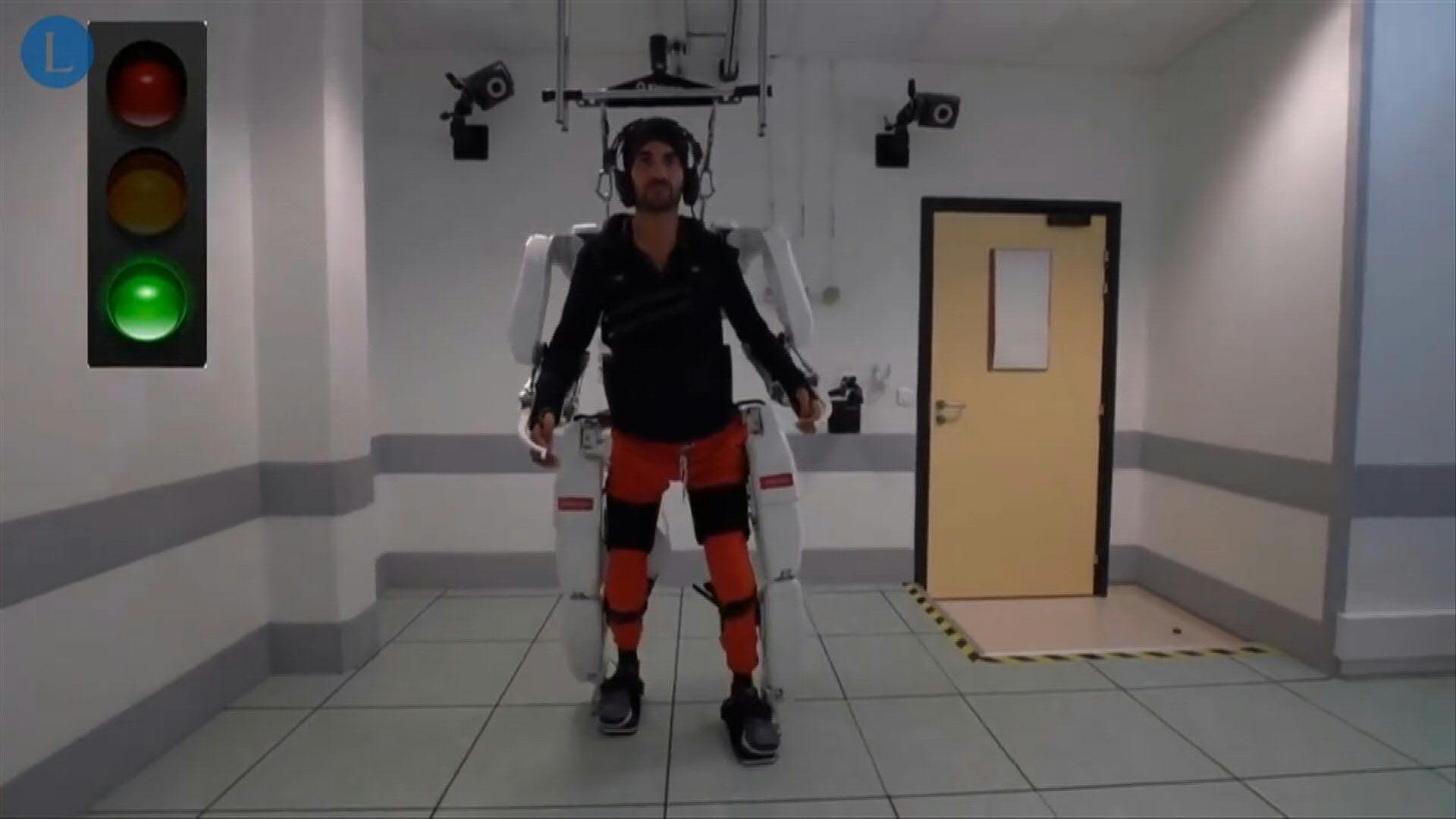 Investigares logran darle movimiento a un tetrapléjico con un exoesqueleto.
