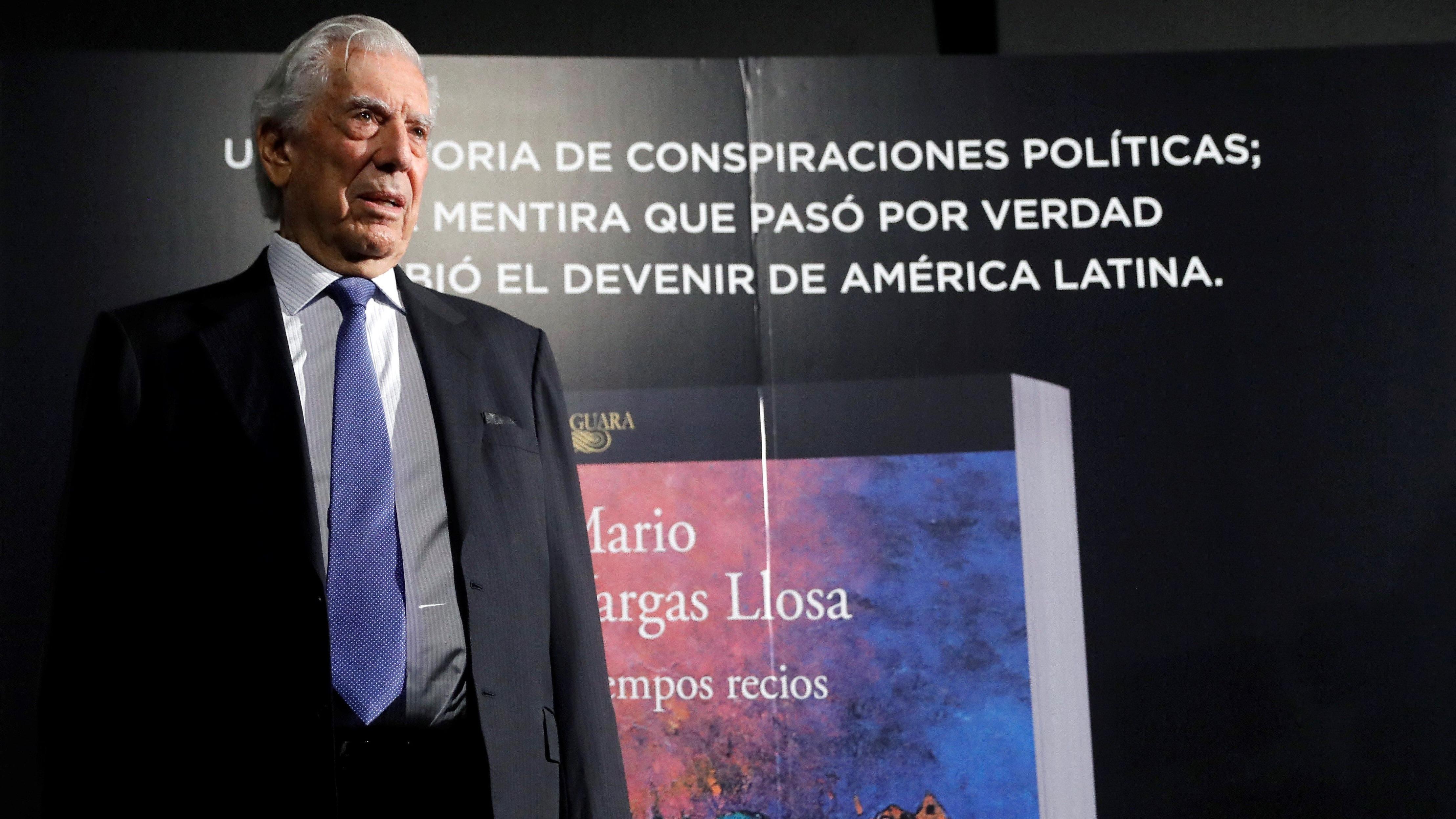 El escritor Mario Vargas Llosa, durante la presentación este martes de su nueva novela,