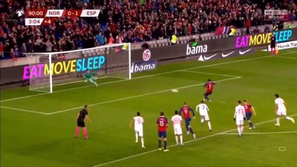 Así fue el penal marcado por Joshua King ante España.