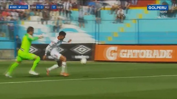 Así fue cómo Hansell Riojas evitó el gol de Joffre Escobar.