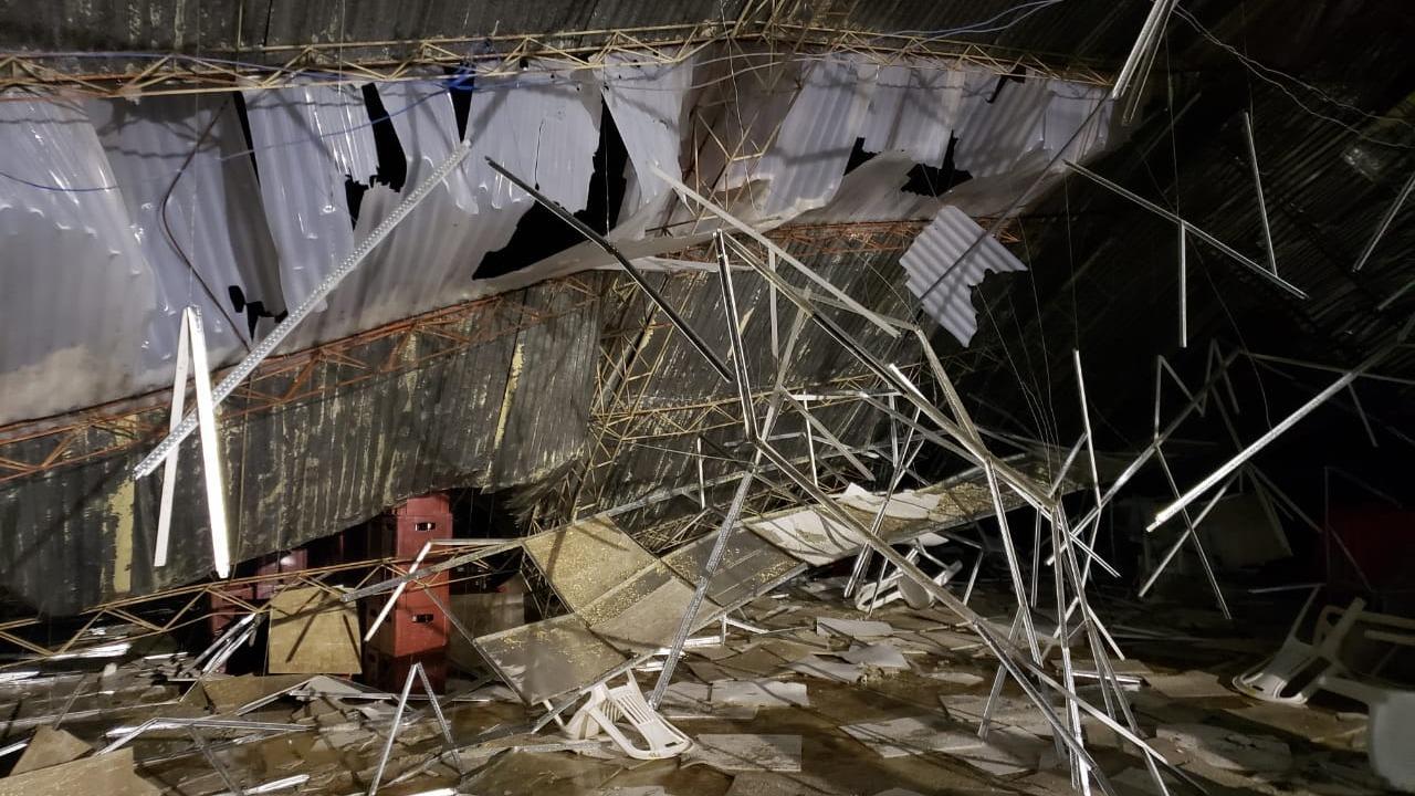 Las víctimas quedaron atrapadas bajo las estructuras de metal.