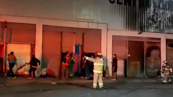 Incendio afectó el centro comercial La Isla.