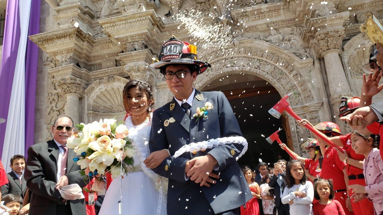 El bombero, Juan Miranda, en su boda con Xiomara Herrera.