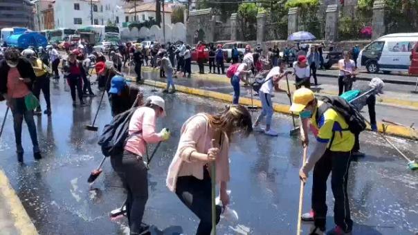 Los ecuatorianos tomaron escobas y baldes y limpiaron las calles tras las protestas.
