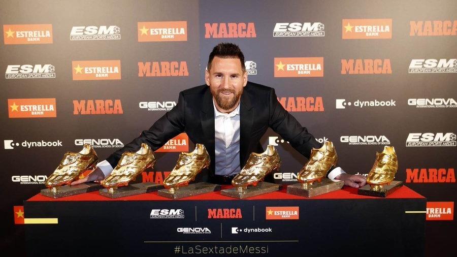 Lionel Messi recibió su sexta Bota de Oro de mano de sus hijos Thiago y Mateo.