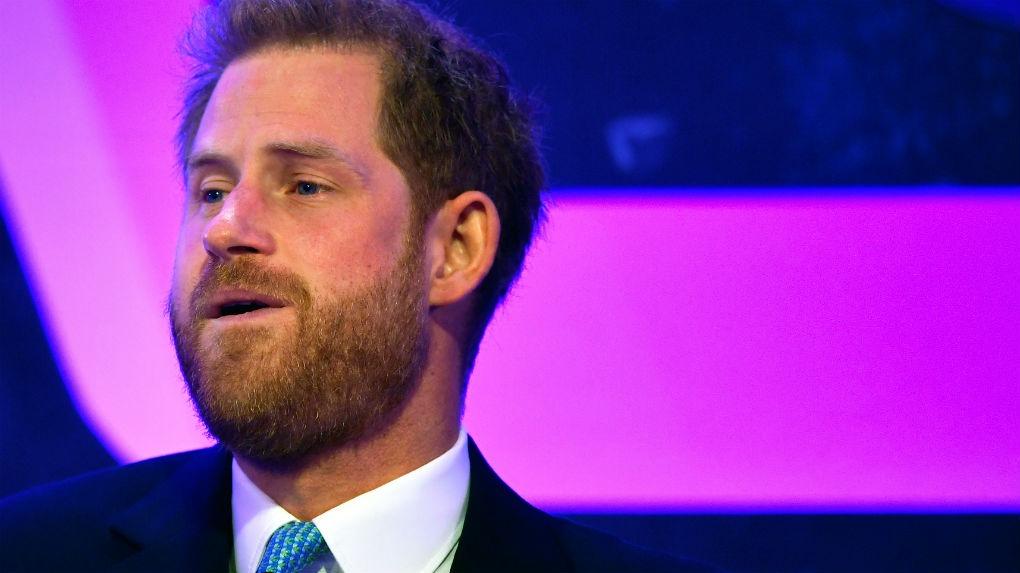 El príncipe Harry se emocionó durante un discurso en el que rinde tributo a niños que inspiran. Él mencionó que resuena diferente en él ahora que se ha convertido en padre.
