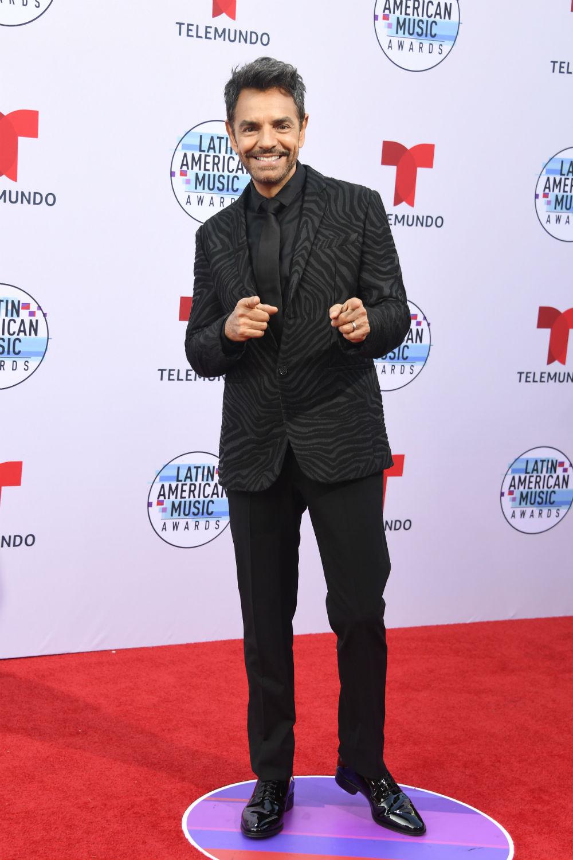 Eugenio Derbez es uno de los conductores de losLatin American Music Awards 2019 (Latin AMAs).Él optó por un traje oscuro, pero en la alfombra roja no dejó de mostrar su humor bromista.