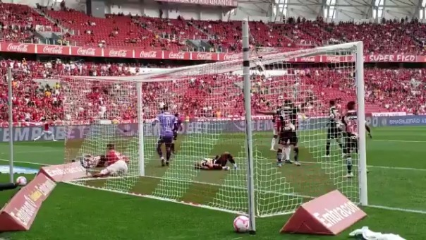 El golazo que le anuló el VAR a Inter de Porto Alegre tras 6 minutos de paralización