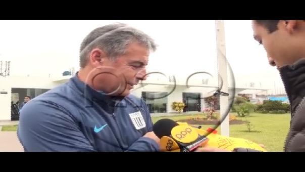 Pablo Bengoechea recibió emotivo regalo de jugadores de Peñarol