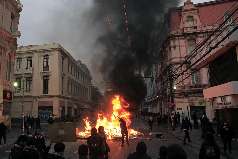 El incendio estalló en medio de las violentas protestas que se han mantenido durante todo el día en el centro de Santiago, por los intentos de manifestantes para llegar hasta el palacio presidencial.