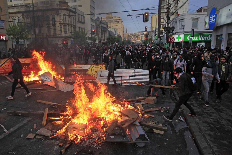 Los efectivos antimotines hicieron frente a los manifestantes con chorros de agua y disparos de bombas lacrimógenas, que inundaban todo el centro de Santiago, un día después de que dejó de regir el estado de emergencia y los militares abandonaron las calles, en un intento del presidente Sebastián Piñera por descomprimir la crisis.