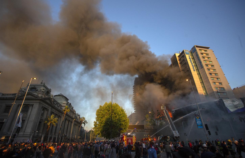 Al mismo momento que Piñera anunciaba los cambios en su gabinete -el mayor en sus 20 meses de gobierno- un millar de personas comenzaron enfrentamientos con la policía delante del palacio presidencial de La Moneda, en el centro de Santiago que a medida que avanzó la tarde se tornaron muy violentos.