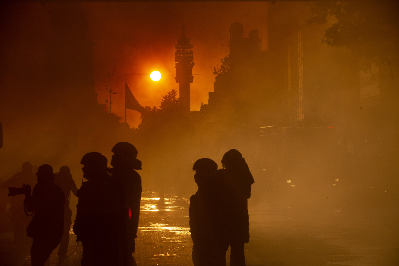 El humo del fuego ha cubierto el cielo de Santiago ylos bomberos han cercado la zona para evitar que las personas absorvan el tóxico humo que emana el incendio.