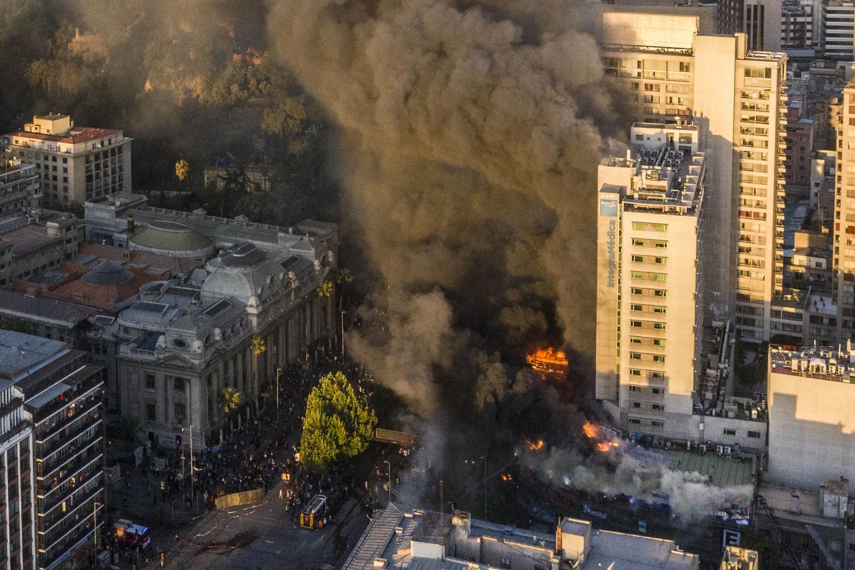 Presuntos explosivos usados en los enfrentamientos entre la policía y manifestantes serían los ocasionantes del gigantesco incendio.