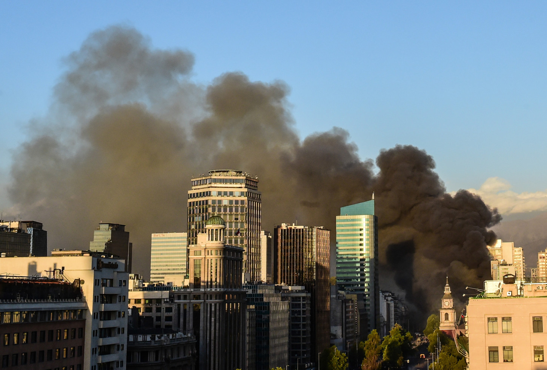 El incendio obligó a evacuar un edificio de viviendas de 19 pisoscon locales de ropa y comida junto al centro comercial, dijo a la AFP un familiar de uno de los residentes.