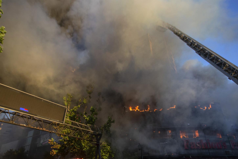 Un total de 17 compañías de bomberos deSantiagoacudieron al llamado para apagar el incendio que estalló en la esquina de las calles Santa Rosa y la Alameda, a cuatro cuadras delpalacio presidencial de La Moneda, hasta donde intentaban acercarse miles de manifestantes, según constató la AFP.