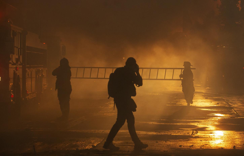 Un gran incendio se registra al caer la tarde este lunes en un centro comercial, que alberga un hotel y varios locales comerciales y de consultas médicas, enuna céntrica esquina deSantiago, donde en varios puntos había violentas protestas.