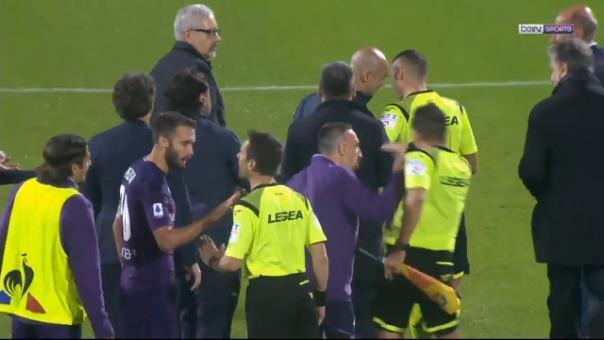 Franck Ribery empujó al juez de línea.