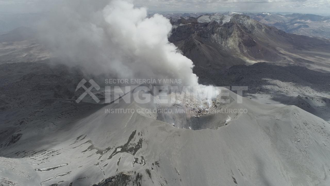 Respecto al cuerpo de lava en el cráter del volcán Sabancaya, estos serían los posibles escenarios a futuro: a) que continúe la actividad explosiva moderada (vulcaniana), con emisiones de gases, ceniza y proyectiles balísticos, paralelamente crecimiento del domo de lava hasta rellenar por completo el cráter; b) actividad explosiva más intensa con generación de pequeños a moderados flujos piroclásticos (mezclas muy calientes de gases, bloques y ceniza), que descenderían principalmente por los flancos norte, noreste y sureste, llegando a una distancia máxima de 12 kilómetros; c) generación de flujos de lava de corto alcance, que descenderían por los flancos norte, noreste y sureste.