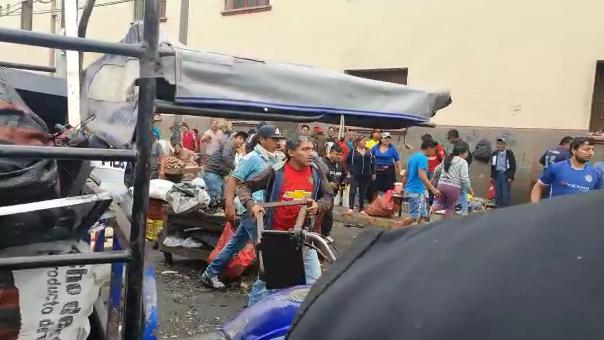 Ambulantes lanzan piedras y palos