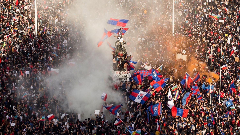 Miles de personas protestan este martes, durante otra jornada consecutiva de protestas a nivel nacional en contra del Gobierno de Sebastián Piñera.