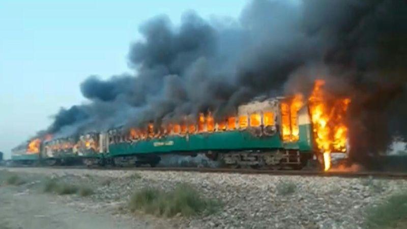 El tren transportaba un gran número de peregrinos que se dirigían a un festival religioso en la nororiental Lahore.