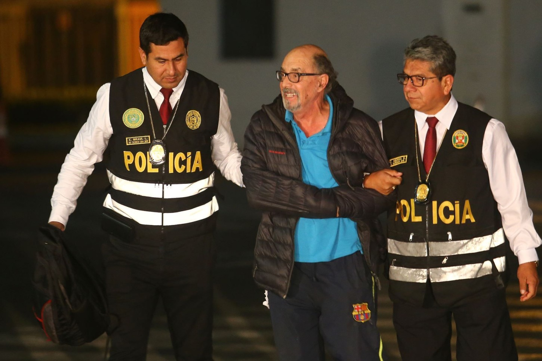 Donayre cayó en manos de los agentes a las 19:55 horas cuando se dirigía a una bodega de la zona a efectuar una llamada telefónica por una cabina, confirmó el ministro del Interior, Carlos Morán Soto.