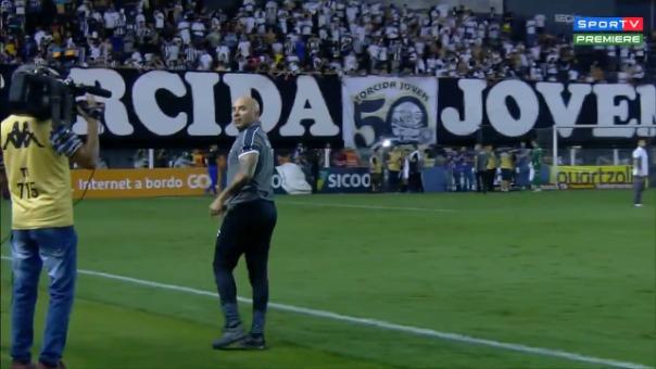 Así fue el tenso cruce entre Jorge Sampaoli y los hinchas de Santos.