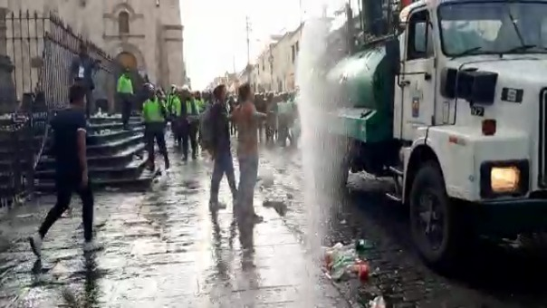 Con un panorama de 'terror' amanecieron las calles del centro de Arequipa.