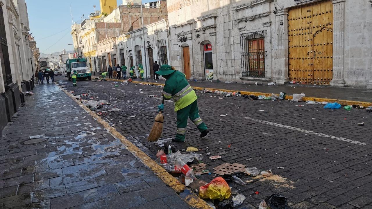 Toneladas de basura en las calles del centro de Arequipa tras celebración del 31 de octubre.