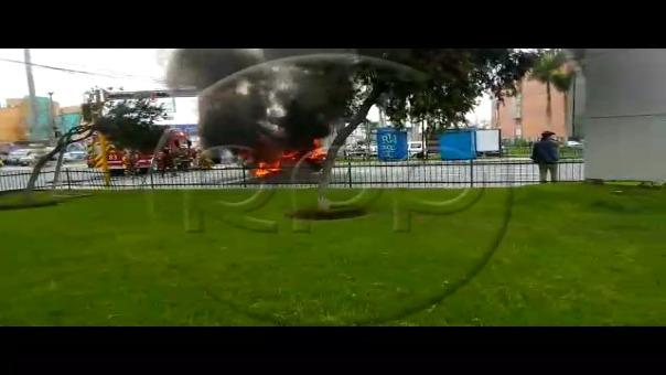 Auto se incendió frente a Plaza San Miguel.