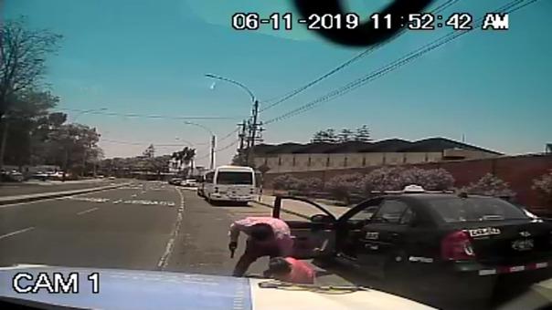 El taxista fue sacado a la fuerza de su vehículo, luego de ser disparado en las piernas.