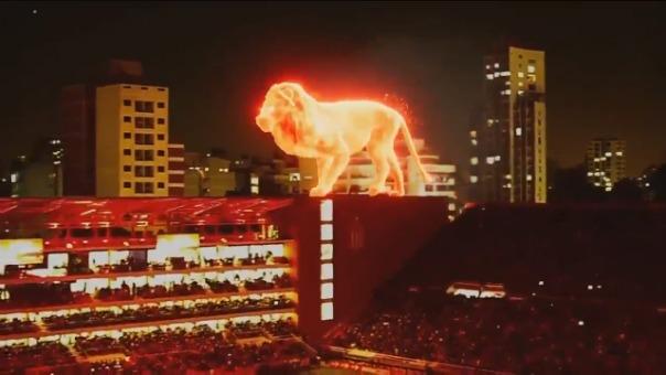 Así apareció el león de fuego en el Estadio Jorge Luis Hirschi.