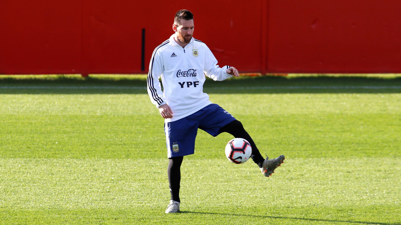 Lionel Messi y Paulo Dybala firmaron autógrafos y se tomaron fotos con los hinchas argentinos.