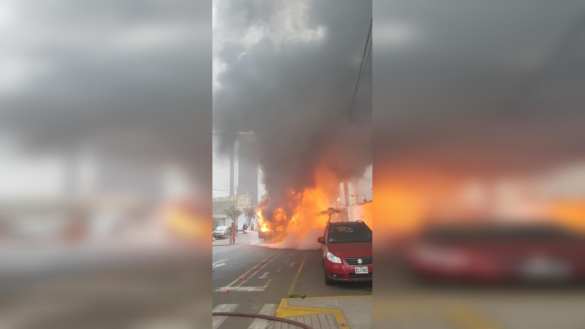 El incendio se produjo a la altura de la cuadra 17 de la avenida Petit Thouars.