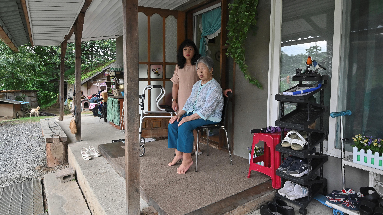 Entre todas las múltiples tareas de hogar, Sumampong se ocupa de su suegra Kim Geum-nyeo, de 89 años.