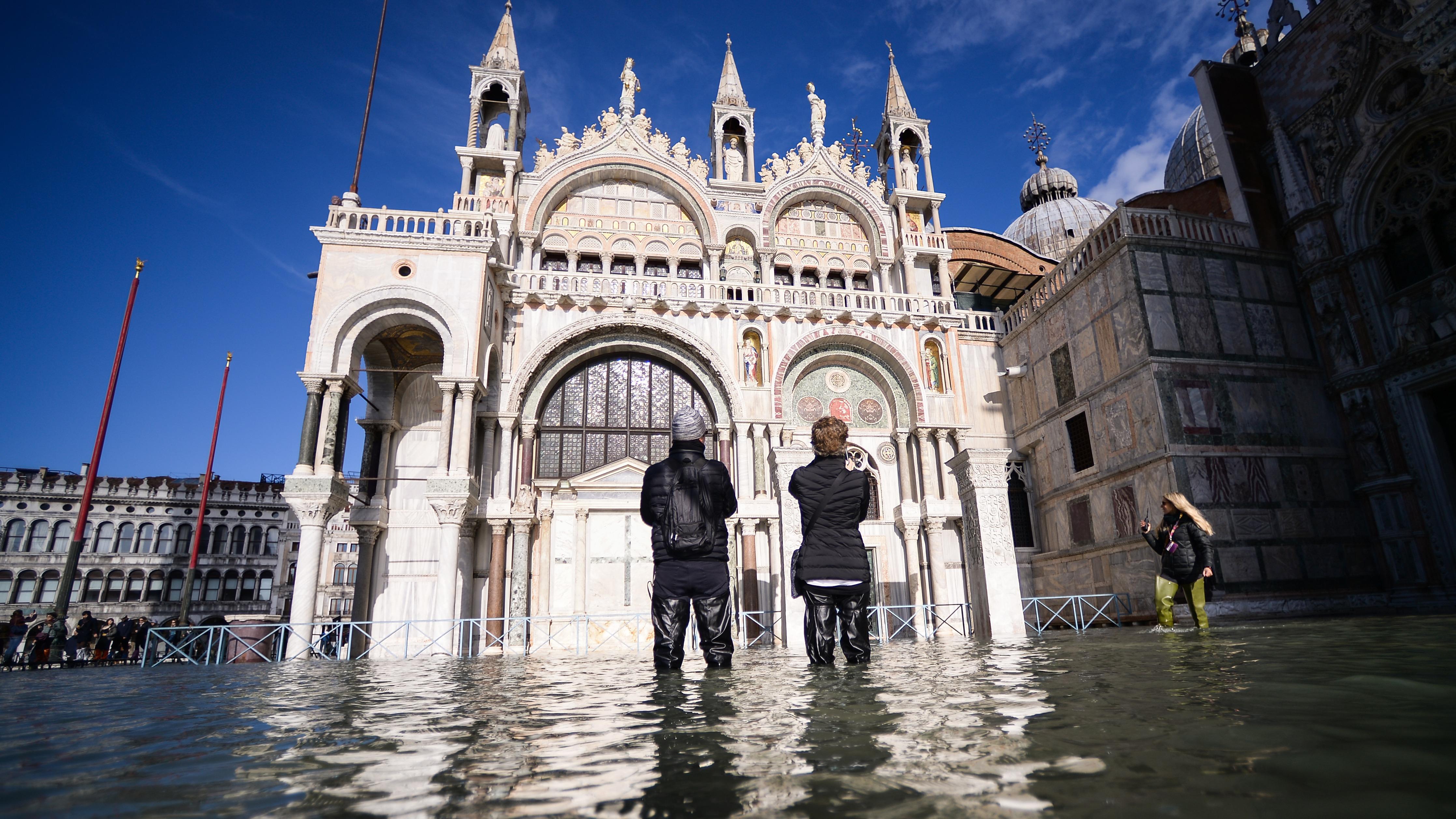 Lugares emblemáticos como la Basílica San Marcos en Venecia volvieron a inundarse y sus dorados mosaicos de estilo bizantino, mármoles, esculturas estuvieron en peligro.