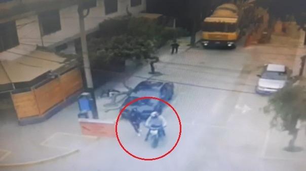 Los delincuentes huyeron en una moto tras perpetrar el robo.