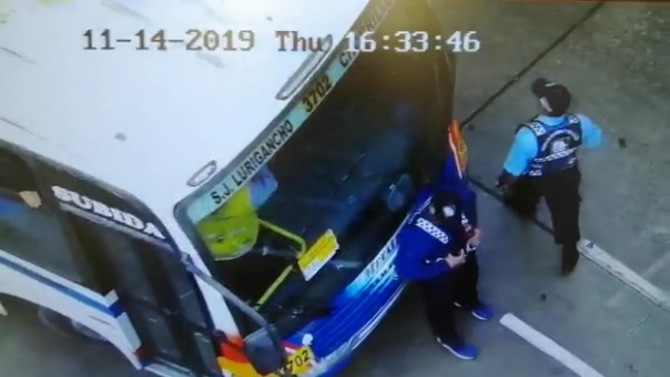 En las imágenes se observa que un inspector se encuentra dentro de la unidad de transporte público.