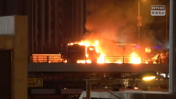 Un camión de la Policía fue incendiado por manifestantes.