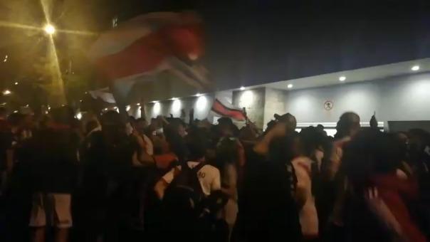 Gran cantidad de hinchas de River Plate en las afueras del swissotel
