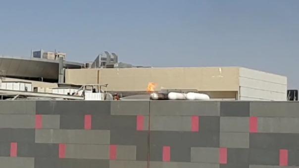 Fuga de gas desata en fuego en unos de los tanques ubicados en el techo del establecimiento.